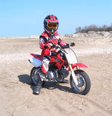 Ard vijf jaar oud op motorcrosser