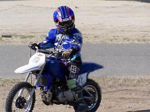 Bram rijdend op 80 cc motorcrosser