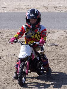 Meisje 4 jaar oud rijd op de motorfiets