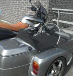 bmw motorfiets met zijspan door frame
